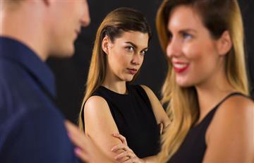 ¿Cómo reaccionar cuando otra mujer le coquetea a tu novio?