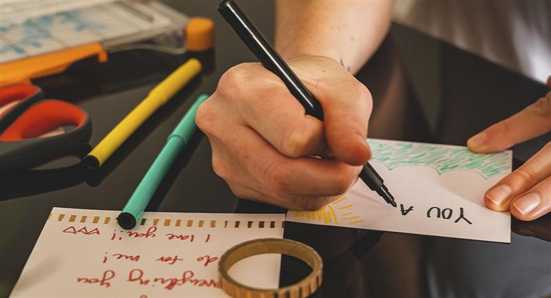 Mensajes creativos para dedicarle a tu amigo secreto en Navidad. Foto: Pexels