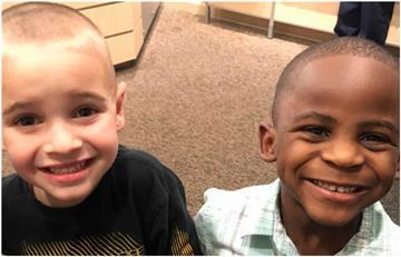 Así lucen dos niños que trataron de confundir a sus maestra con el mismo corte de cabello ¡Ellos dicen ser iguales!