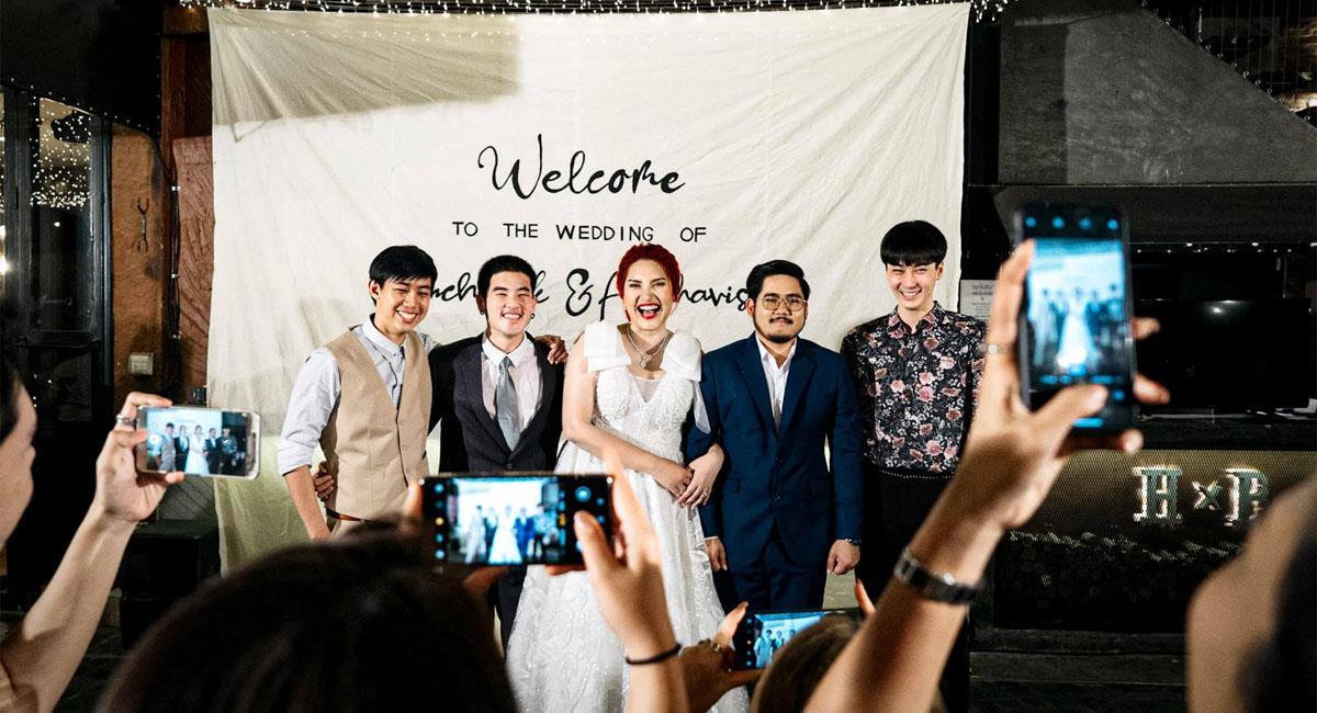 Invitó a todos sus ex a su boda y se toma fotos con ellos. Foto: Facebook
