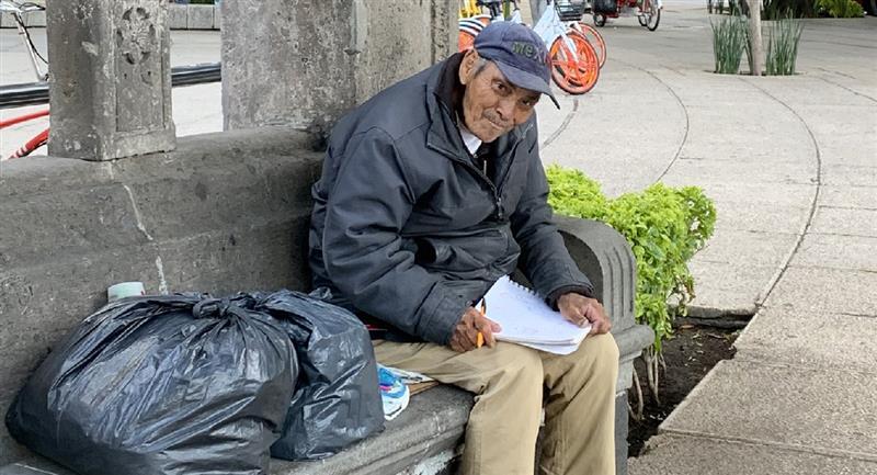 Abuelito vende sus dibujos para obtener algo de dinero. Foto: Twitter @decosmonaute