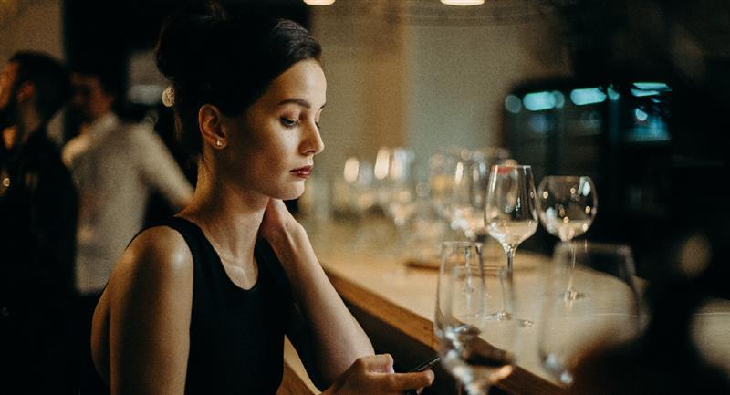 Mujeres solteras a falta de hombres económicamente atractivos. Foto: Pexels