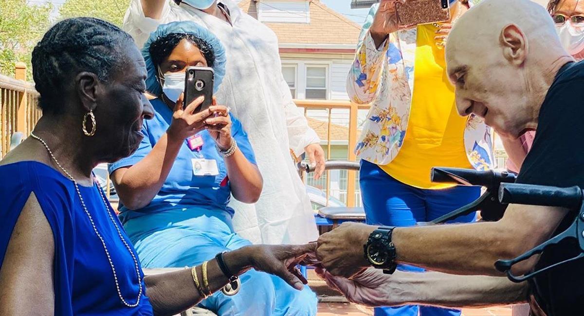 Mujer de 71 años se compromete con su novio luego de vencer al coronavirus