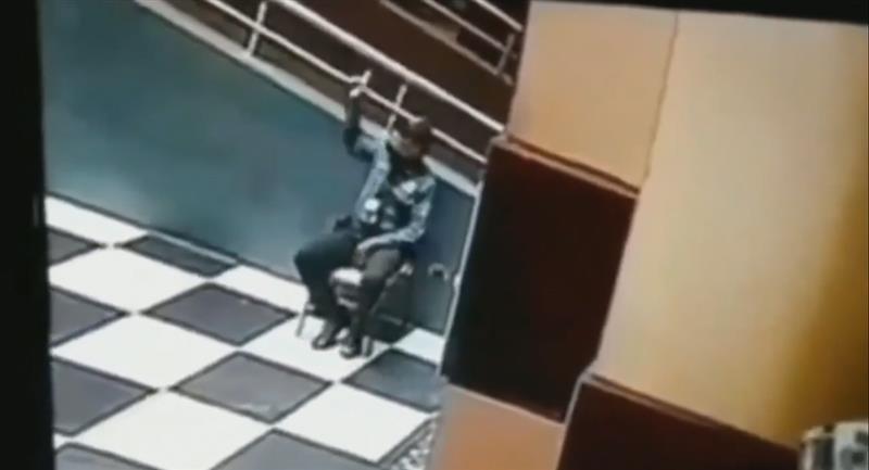 Cámaras de seguridad captan a hombre hablando con el fantasma de su amigo. Foto: Instagram