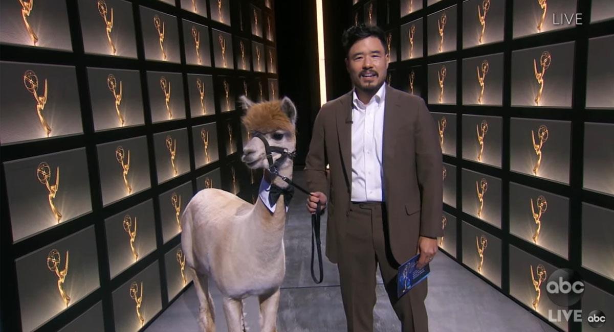 Emmy 2020: Alpaca presenta premio a Mejor Actor de Miniserie y se roba el show