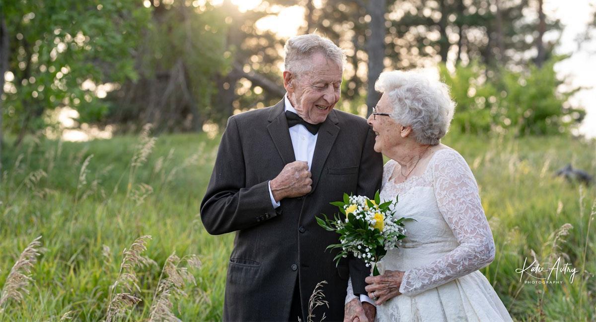 Pareja celebra 60 años de matrimonio recreando las fotos de su boda y con los mismos trajes