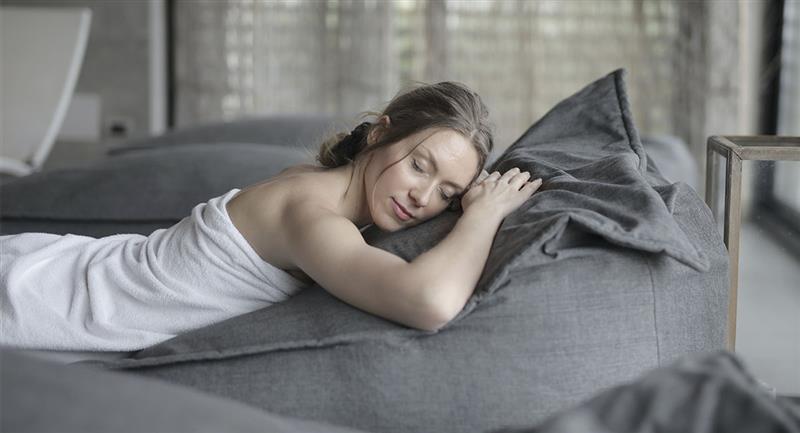4 beneficios que obtienes al dormir desnuda. Foto: Pexels