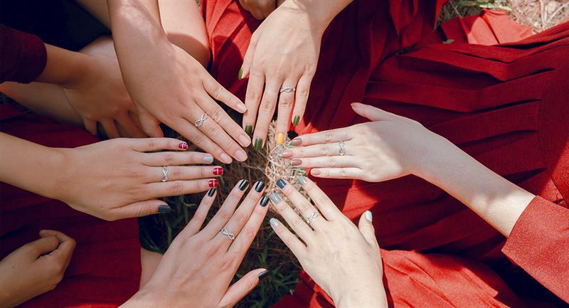 Colores de uñas que te harán lucir más arreglada y profesional. Foto: Pexels