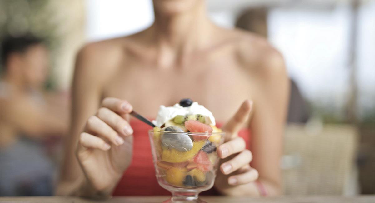 Mujeres que gustan de comer postres, son más positivas