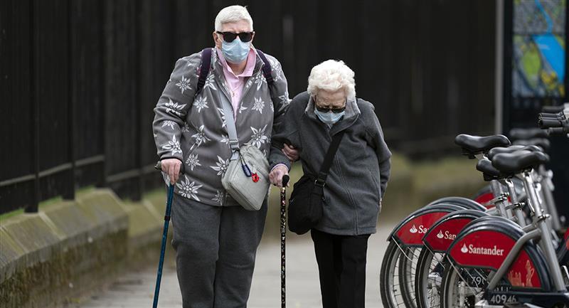 La vacuna de Oxford contra la COVID-19-19 genera anticuerpos en ancianos. Foto: EFE