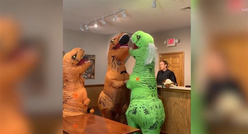 Pareja se vuelve viral por casarse vestida de Tiranosaurio Rex. Foto: Youtube