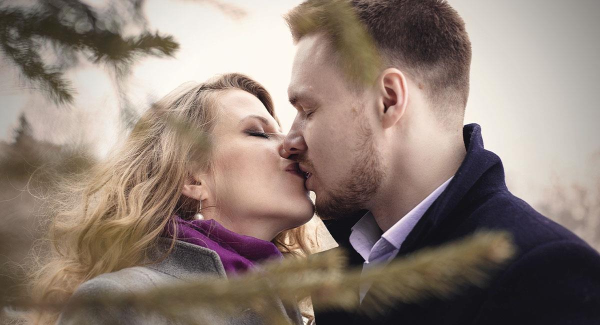 Mientras más beses a tu pareja, más calorías quemas. Foto: Pexels