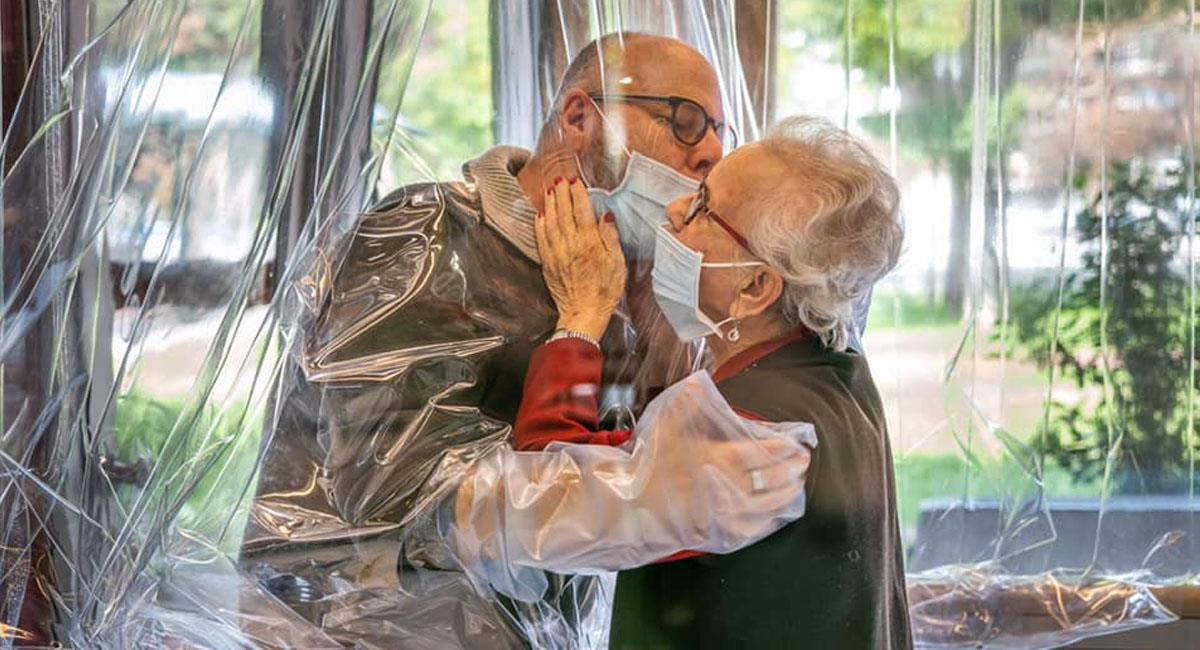 Asilo crea 'sala de abrazos' para que abuelitos no se sientan solos