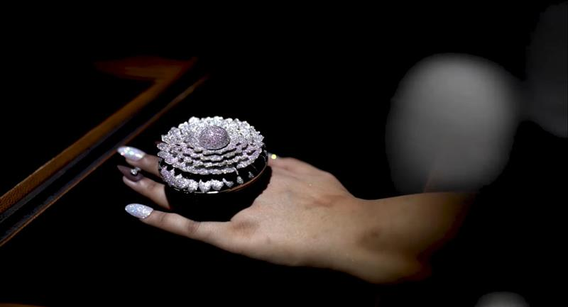 Anillo rompe récord Guinness al poseer 12 638 diamantes auténticos. Foto: Renani Jewels