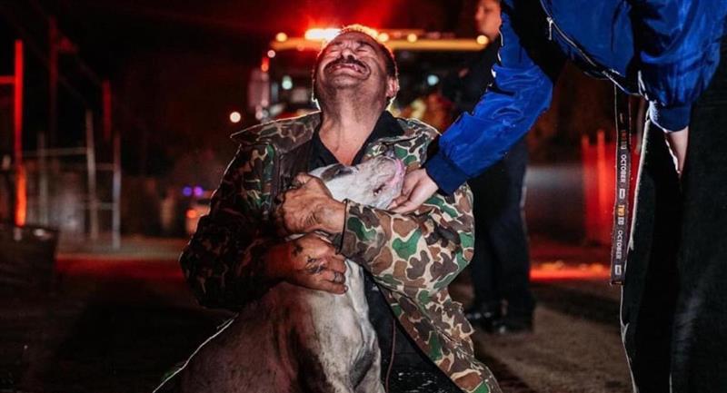 Hombre sordomudo lloró al rescatar a su perro de un incendio. Foto: Jhonatan Bobadilla