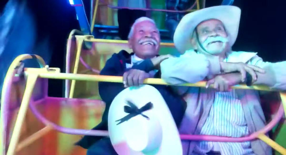 Abuelitos celebran juntos su amistad en juegos mecánicos. Foto: Youtube