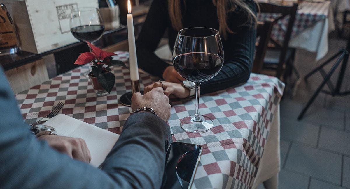 Hombre se las ingenia para tener una cita con dos chicas a la vez. Foto: Unsplash
