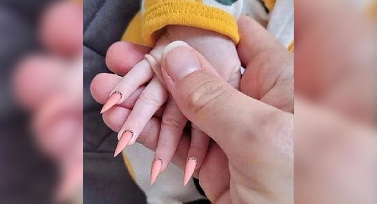 Internet estalla contra madre que le puso uñas postizas a su bebé. Foto: Facebook