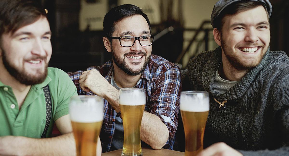 Los hombres se atraen entre ellos cuando están borrachos. Foto: Pexels