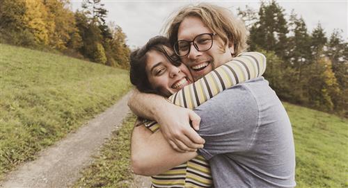 Cómo abraza un hombre enamorado