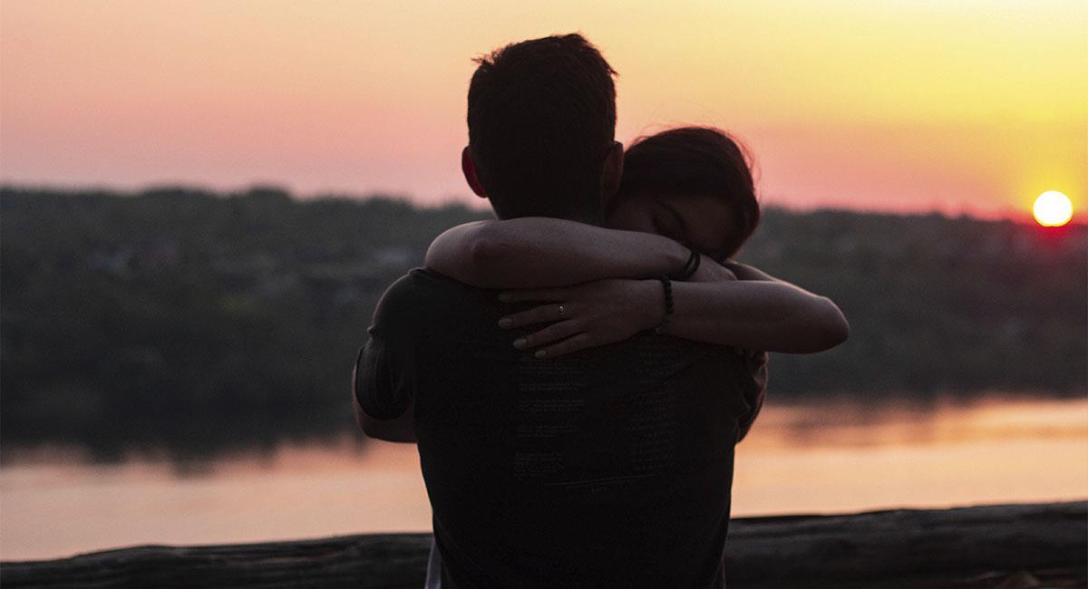 Qué significa que un hombre te abrace fuerte. Foto: Unsplash