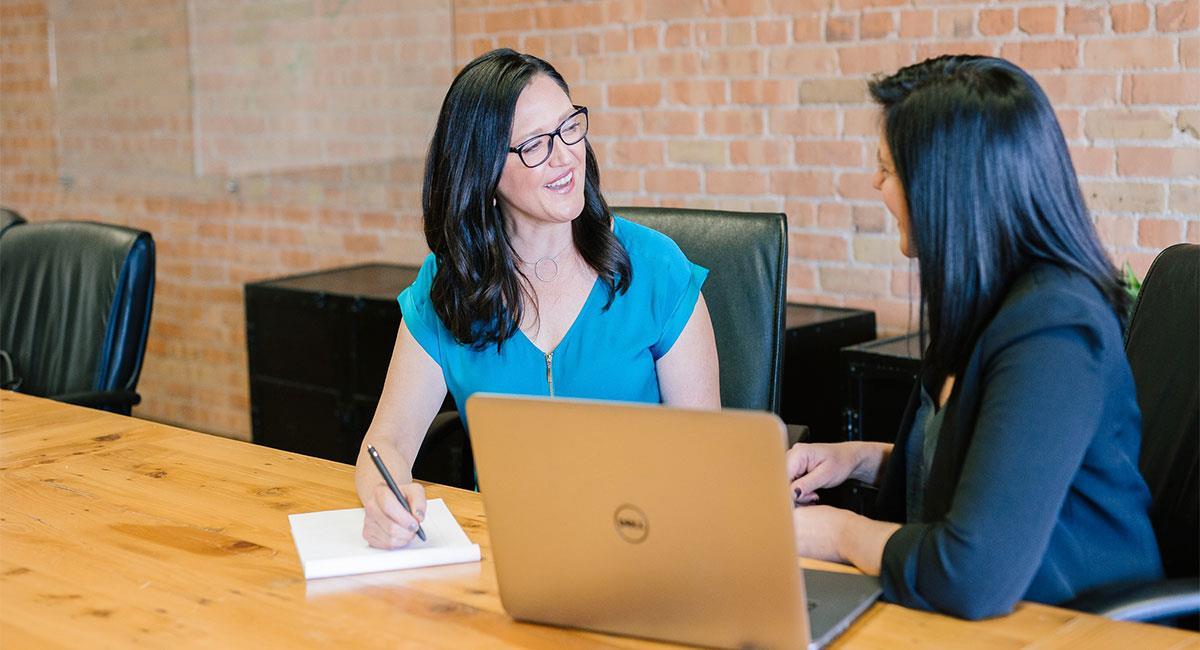 Tips para tener un buen CV si no tienes experiencia. Foto: Unsplash (Amy Hirschi)